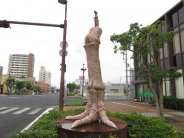 【おもしろオブジェ No.0003】足の骨の上に立つ動物という謎オブジェ