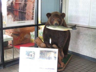 【おもしろオブジェ No.0013】JR留萌駅には鮭をくわえたクマがいます