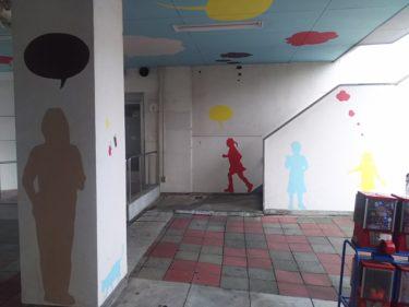 【壁画アート No.0010】過去の賑わいが壁に浮かび上がる風景