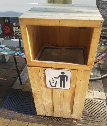 【ピクトさん No.0088】おしゃれな木のゴミ箱ケースでピクトさんも気分上々